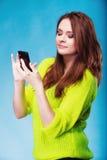 Adolescente con mandar un SMS del teléfono móvil Imágenes de archivo libres de regalías