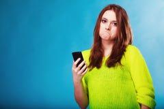Adolescente con mandar un SMS del teléfono móvil Foto de archivo