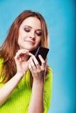 Adolescente con mandar un SMS del teléfono móvil Imagen de archivo