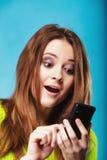 Adolescente con mandar un SMS del teléfono móvil Fotos de archivo libres de regalías
