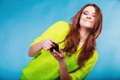 Adolescente con mandar un SMS del teléfono móvil Fotos de archivo