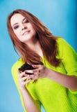 Adolescente con mandar un SMS del teléfono móvil Fotografía de archivo