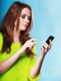 Adolescente con mandar un SMS del teléfono móvil Imagen de archivo libre de regalías