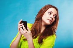 Adolescente con mandar un SMS del teléfono móvil Imagenes de archivo