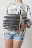 Adolescente con muchos libros Fotos de archivo