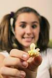 Adolescente con palomitas Foto de archivo libre de regalías
