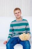 Adolescente con palomitas Fotografía de archivo