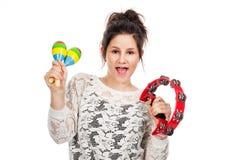 Adolescente con pandereta y maracas. Foto de archivo libre de regalías