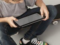 Adolescente con PC de la tablilla Fotos de archivo