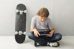 Adolescente con PC de la tablilla Fotografía de archivo