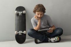 Adolescente con PC de la tablilla Imagen de archivo libre de regalías