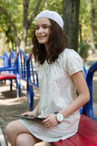 Adolescente con PC de moda de la tableta en parque Fotografía de archivo libre de regalías