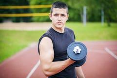 Adolescente con pesas de gimnasia Imagen de archivo libre de regalías
