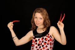Adolescente con pimientas de chile Fotos de archivo