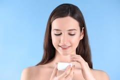 Adolescente con problema del acné usando la crema Fotos de archivo libres de regalías