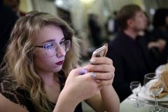 Adolescente con smartphone Imagenes de archivo