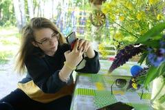 Adolescente con smartphone imagen de archivo