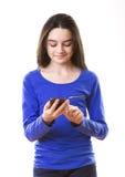 Adolescente con smartphone Foto de archivo libre de regalías