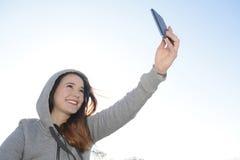 Adolescente con smartphone Imagen de archivo libre de regalías