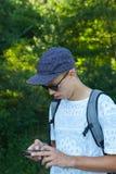 Adolescente con smartphone Fotos de archivo libres de regalías