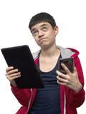 Adolescente con smartphone y la tableta Imágenes de archivo libres de regalías