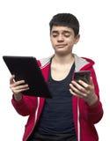 Adolescente con smartphone y la tableta Imagen de archivo
