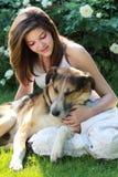 Adolescente con su amigo Imagenes de archivo
