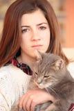 Adolescente con su gato Foto de archivo