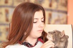 Adolescente con su gato Fotografía de archivo libre de regalías