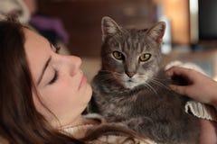 Adolescente con su gato Fotos de archivo