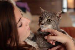 Adolescente con su gato Foto de archivo libre de regalías