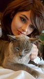 Adolescente con su gato del animal doméstico Imagen de archivo