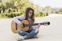 Adolescente con su guitarra Fotos de archivo libres de regalías