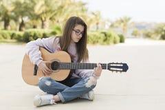 Adolescente con su guitarra Fotografía de archivo