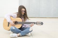 Adolescente con su guitarra Foto de archivo libre de regalías