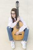 Adolescente con su guitarra Imagenes de archivo