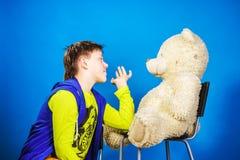 Adolescente con su juguete viejo del peluche-oso Fotos de archivo