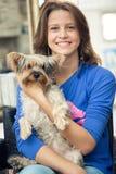 Adolescente con su l perro Imagen de archivo libre de regalías