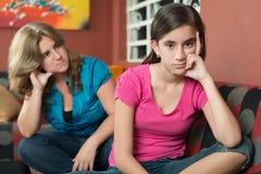 Adolescente con su madre triste y preocupante Fotos de archivo