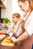 Adolescente con su mamá que se divierte en cocinar Fotos de archivo libres de regalías
