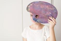 Adolescente con su paleta de la pintura al aceite Imagenes de archivo