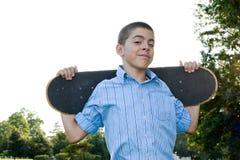 Adolescente con su patín Imagenes de archivo