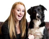 Adolescente con su perro Fotografía de archivo libre de regalías