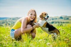 Adolescente con su perro Imagen de archivo