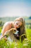 Adolescente con su perro Fotos de archivo libres de regalías