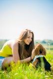 Adolescente con su perro Imagen de archivo libre de regalías