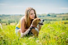 Adolescente con su perro Fotos de archivo