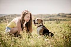 Adolescente con su perro Foto de archivo