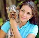 Adolescente con su perro de perrito en el parque Foto de archivo libre de regalías
