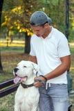 Adolescente con su perro - Dogo Argentino Fotografía de archivo
